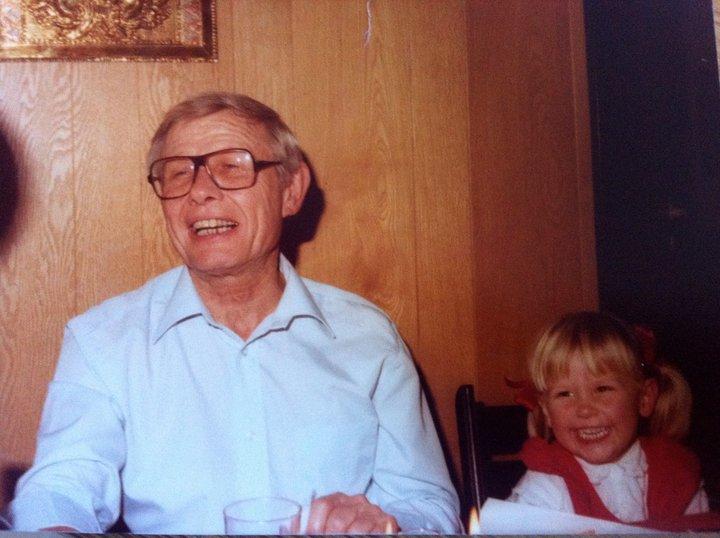 Mig og min farfar. Cirka i 1981. Han var verdens bedste historiefortæller og elskede at lege og spille musik.